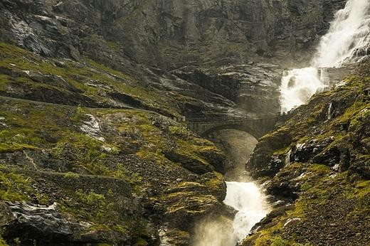 Đứng giữa cầu, ngẩng đầu lên và thả hồn đắm chìm trong bốn bề không gian ì ầm tiếng thác nước chảy và bạn sẽ trở nên nhỏ bé đến không ngờ.
