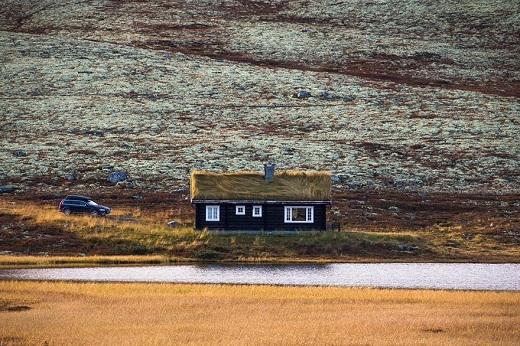 Ngôi nhà nhỏ như đang tàng hình trong cảnh quan thiên nhiên bốn bề.