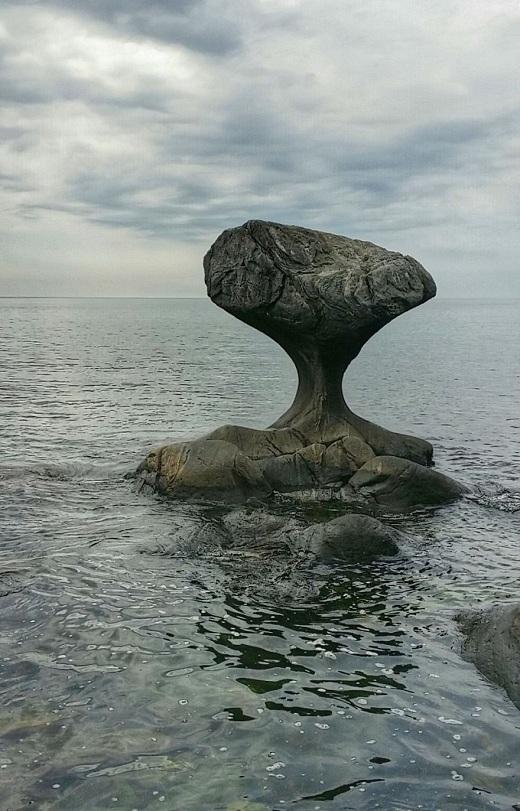 Hình thành qua hàng ngàn năm bởi những con sóng vỗ, Kannesteinen là một tảng đá nấm tuyệt đẹp nằm trong một ngôi làng nhỏ ở vùng nông thông thuộc Oppedal, Na Uy.