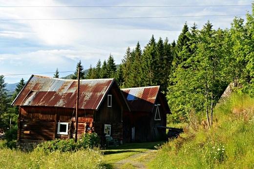 Những căn nhà kho cũ nhuốm màu thời gian nổi bật giữa bốn bề xanh ngắt của cây cỏ và dưới cái nắng rực rỡ của một buổi sớm ở Na Uy.
