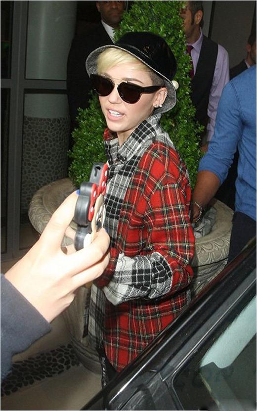 Miley Cyrus diện mũ tai bèo nhung đen cùng cả cây kẻ sọc caro.
