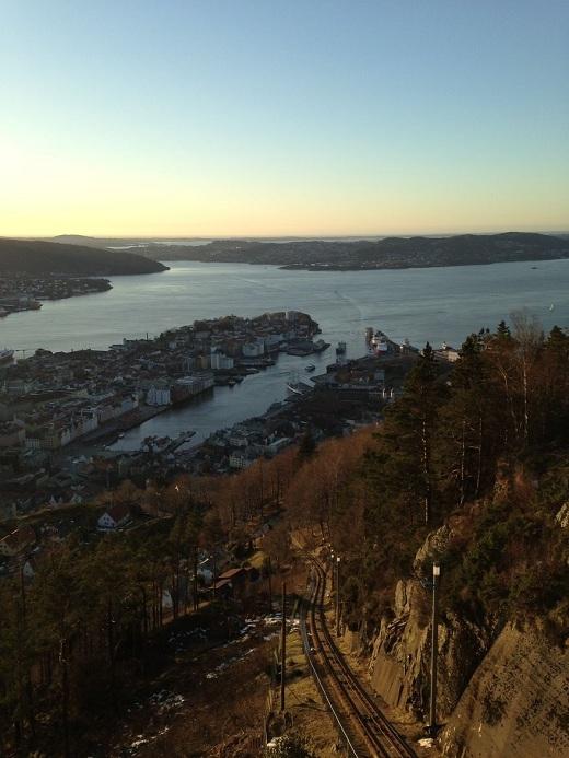 Từ đỉnh núi Floyen, Bergen lô xô những mái ngói nhấp nhô thơ mộng nằm soi mình xuống dòng biển Bắc và bao lấy thành phố là 7 đỉnh núi xanh rì những ngọn thông reo.