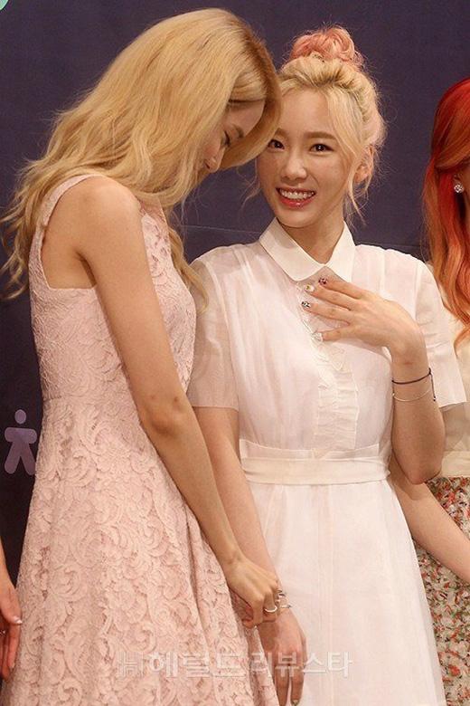 Yoona và Taeyeon gặp sự cố đáng yêu trước ống kính