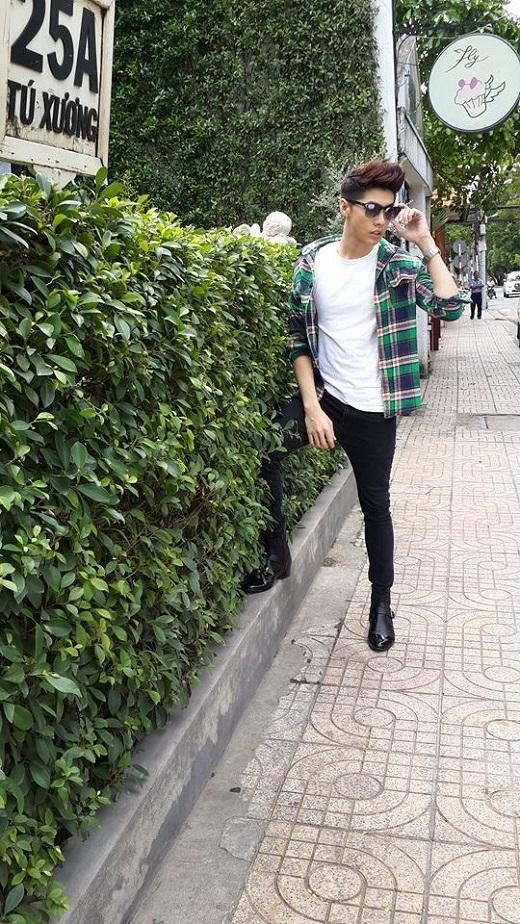 Chiếc áo sơ-mi giúp cho bộ trang phục quần jeans - áo thun quen thuộc thêm phần năng động. Đôi bốt bóng bảy sành điệu là điểm nhấn của bộ trang phục.