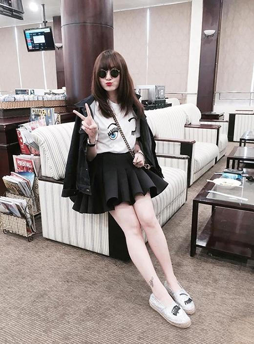 Một trải nghiệm khác cùng chân váy ngắn tạo phom phồng. Cô nàng còn diện cả giày slip on cùng họa tiết.