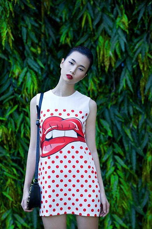 Bộ váy chữ A khá đơn giản của Trần Thanh Thủy lại gây ấn tượng mạnh bởi họa tiết đôi môi to bản.