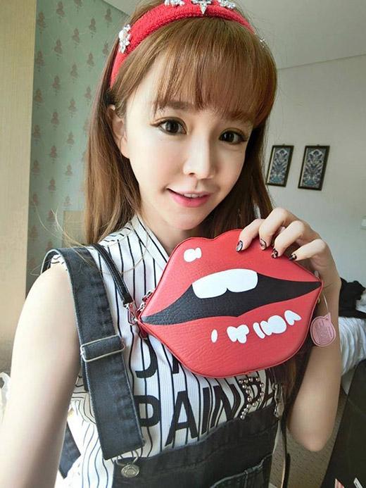 Trước đó, hình ảnh đôi môi cũng từng được lăng xê trong một kiểu túi khá thịnh hành tại Hàn Quốc.