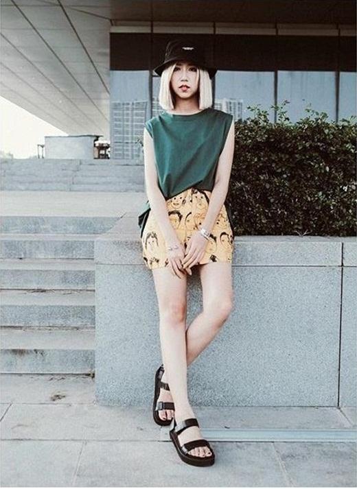 Min St.319 luôn khiến nhiều bạn trẻ thích thú và hâm mộ với gu thời trang cực chất và cá tính. Với chiếc áo phông sát nách đơn giản, kết hợp cùng chân váy họa tiết, sandal và chiếc mũ bucket thời trang đã khiếnMin càng thêm cá tính và xinh đẹp.