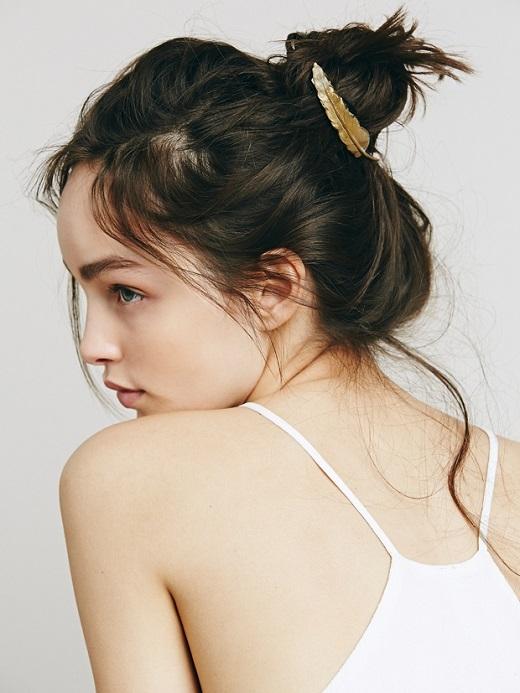 Kiểu tóc này khiến các bạn nữ mê mẩn, tóc được búi lộn xộn và hờ hững sau gáy. Để hoàn thành kiểu tóc này chúng ta chưa cần đến 1 phút. Bạn có thể tô điểm lên tóc những chiếc kẹp xinh xắn tạo điểm nhấn đẹp mắt.