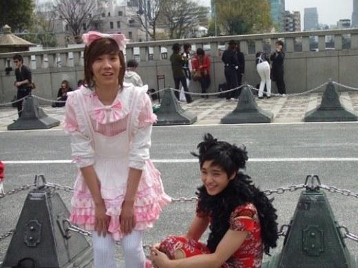 Sở hữu nhan sắc nữ tính sẵn có, Hongki (F.T.Island) trông dịu dàng và đáng yêu trong trang phục sắc hồng nổi bật.