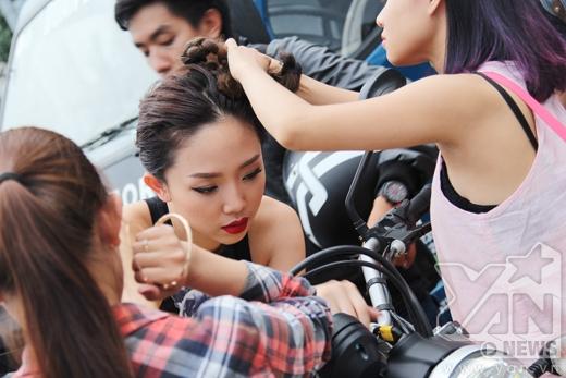 Cận cảnh quá trình tạo ra mái tóc 2 búi cá tính của Tóc Tiên - Tin sao Viet - Tin tuc sao Viet - Scandal sao Viet - Tin tuc cua Sao - Tin cua Sao