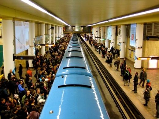 Mật độ người ở những ga tàu điện thường quá đông và 15% không khí mà bạn hít dưới đó thực chất là da người.
