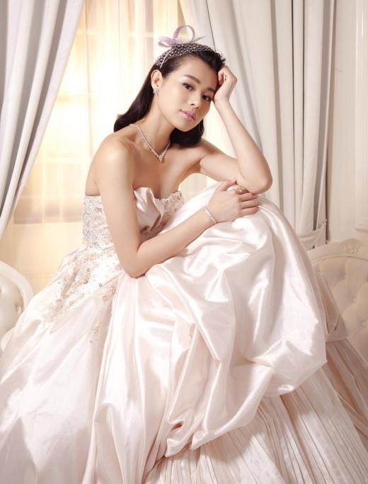 Hồ Hạnh Nhi chính thức rời bỏ TVB để mở cửa hàng áo cưới