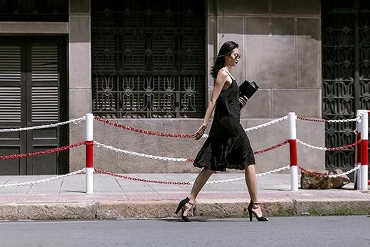 Túi xách, giày cao gót đế thô cũng được phối hợp đồng điệu về màu sắc. Đặc biệt, những thiết kế này hoàn toàn phù hợp cho những cô nàng có vòng một khiêm tốn tránh tạo cảm giác phô, phản cảm.