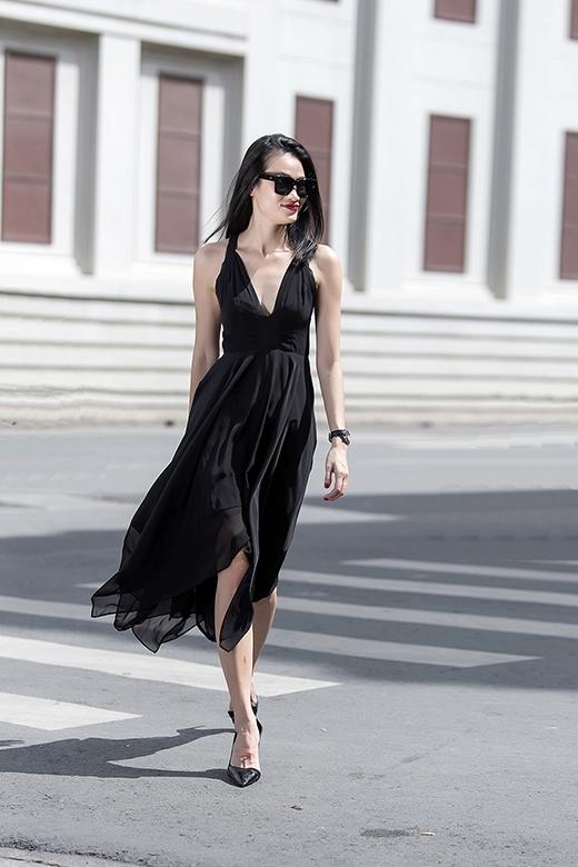 Thay vào đường cắt tròn truyền thống, những đường cắt vuông góc, mạnh mẽ tạo nên phần chân váy bất đối xứng lạ mắt.