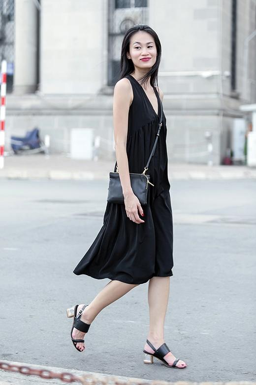 Đường xếp li mềm mại mang đến màu sắc mới mẻ cho chiếc váy chữ A cổ điển, đơn giản.