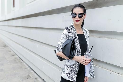 Áo vest truyền thống tưởng chừng như chỉ phù hợp với môi trường công sở nhưng với một chút thay đổi về màu sắc, họa tiết hay việc kết hợp cùng loại trang phục đi kèm cũng giúp các quý cô trở nên tươi mới hơn.