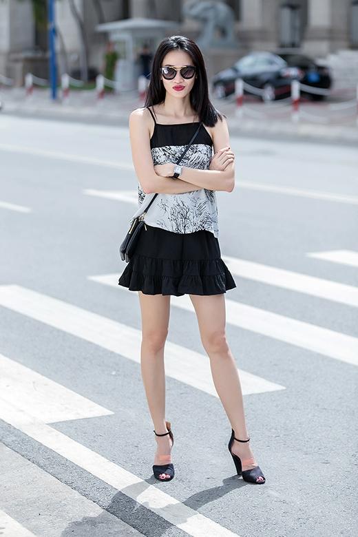 Phom váy ngắn, rộng giúp các cô nàng khoe khéo đôi chân dài cũng như che đi những khuyết điểm ở phần trên của cơ thể.