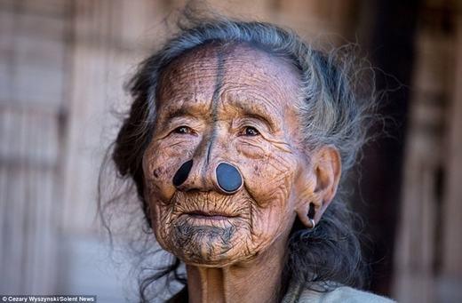 Choáng với bộ tộc tự làm mình xấu xí vì… quá đẹp