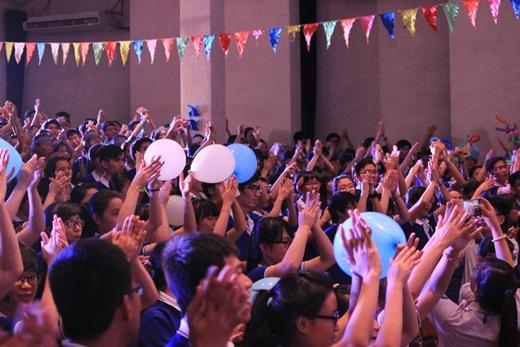 Hơn 700 sinh viên tràn đầy nhiệt huyết ca vang bài Mùa hè xanh.
