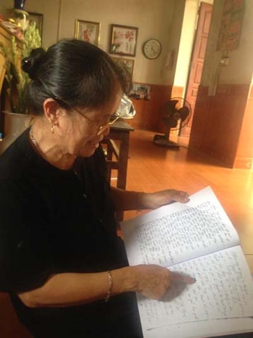 Bà Lại giờ có thể đọc sách làm thơ.