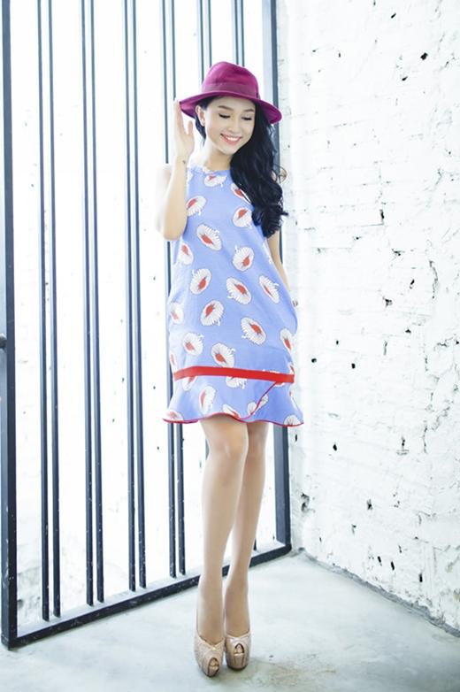 Chiếc váy chữ A với sắc xanh dịu mát cùng họa tiết vui mắt lại khiến cô nàng trở nên trẻ trung, năng động hơn.