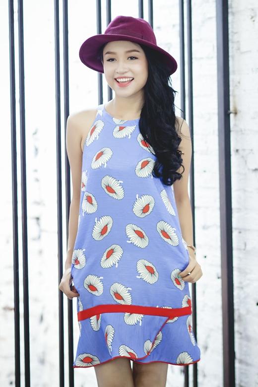 Mũ fedora hợp mốt trong mùa hè 2015 dĩ nhiên không thể vắng mặt trong bộ trang phục này.