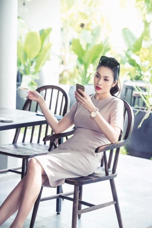 Có thể dễ dàng nhận thấy rằng Tăng Thanh Hà rất thích mặc những bộ váy, bộ đầm trơn màu. - Tin sao Viet - Tin tuc sao Viet - Scandal sao Viet - Tin tuc cua Sao - Tin cua Sao