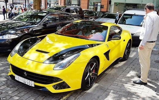 Đây là chiếc Ferrari F12 màu vàng đen đậu gần Harrods – một trung tâm mua sắm nổi tiếng và xa hoa bậc nhất.