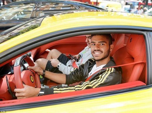 Và đây là chủ nhân chiếc xe, anh tỏ ra khá thân thiện khi được chụp ảnh.