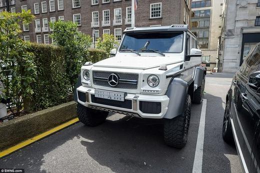 Khu vực Kensington cũng đang có mặt của chiếc Mercedes AMG có giá khoảng 13,5 tỉ đồng.