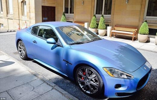 Đây là chiếc xe Maserati Gran Turismo được sơn xanh nổi bật trên đường phố.