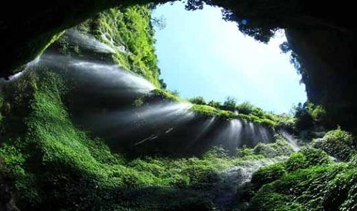 Thác nước cao chót vót này được người dân ưu ái đặt cho cái tên là Thác nước vĩnh cửu.