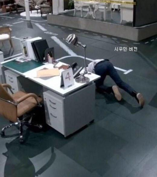 Kai (EXO) trông cực nghệ thuật khi tạo dáng như trên nhưng phiên bản của Xiumin lại mang lại tràng cười no nê cho các fan.