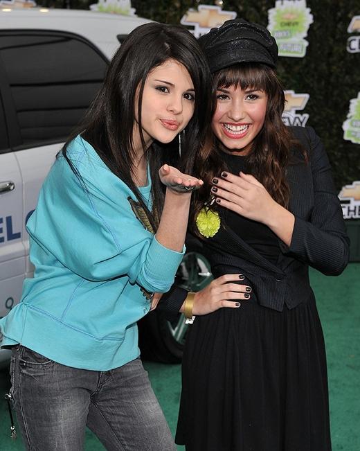 Hai ngôi sao trẻ Selena và Demi Lovato tạo dáng cùng nhau trong một bức ảnh tại sự kiện Chevy ở LA.