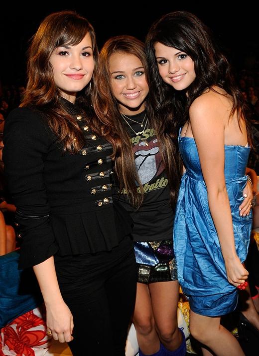 Tại buổi lễ trao giải Teen Choice Awards tại LA, Selena rạng rỡ cùng hai cô bạn thân Demi và Miley Cyrus.