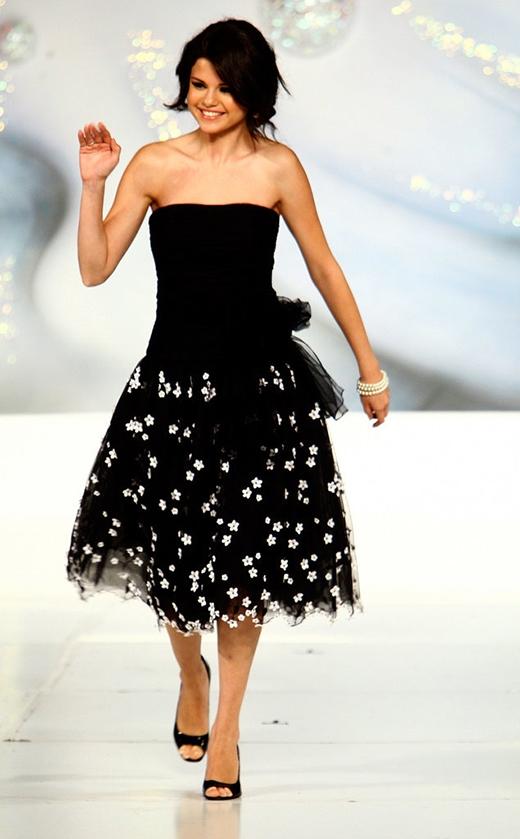 Nữ diễn viên xuất hiện trên sàn catwalk của chương trình Runway For Life.