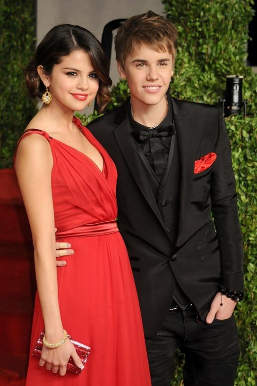 Justin Bieber và Selena trông cực kì chững chạc tại buổi tối hẹn hò tại buổi tiệc hậu Oscar - Vanity Fair. Đây là lần đầu tiên Selena và Justin Bieber công khai hẹn hò trước báo chí.
