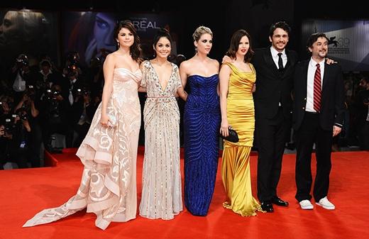 Selena trông cực kì xinh đẹp khi lần đầu tiên bước chân lên thảm đỏ Liên hoan phim Venice cùng các bạn diễn Vanessa Hudgens, Ashley Benson, Rachel Korine, James Franco trong bộ phim Spring Breakers.