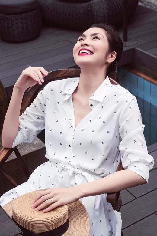Chiếc váy của Hà Tăngđược tạo điểm nhấn bởi những họa tiết li ti xinh xắn cùng phần thắt lưng nhằm khoe khéo vòng eo thon gọn.