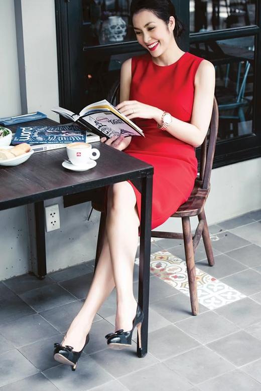 Phom váy cocktail đơn giản nhưng vẫn giúp Hà Tăng nổi bật nhờ sắc đỏ ruby.
