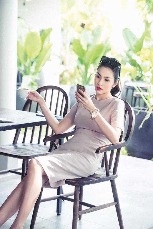 Sắc màu pastel ngọt ngào kết hợp với phom váy bodycon tạo nên một hình ảnh thanh lịch, sang trọng.