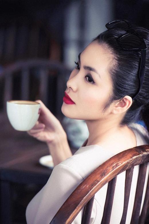 Cận cảnh nhan sắc ngày càng mặn mà của Hà Tăng với tông trang điểm tự nhiên chọn điểm nhấn ở phần môi đỏ. Chiếc mắt kính gọng vuông giúp bà mẹ một con trở nên cá tính hơn.