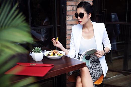 Hình ảnh của người phụ nữ thành đạt được Tăng Thanh Hà thể hiện một cách hoàn hảo bằng việc kết hợp giữa áo phông mỏng, chân váy bút chì họa tiết cùng chiếc áo vest dáng dài bên ngoài.
