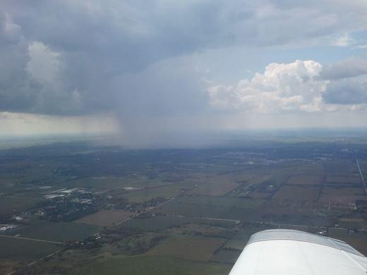 Những cơn mưa này khá nhỏ, không nặng hạt, vì vậy chúng có màu trắng nhạt...