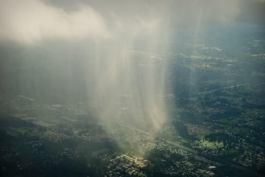 Siêu ấn tượng khoảnh khắc ngắm mưa từ trên máy bay
