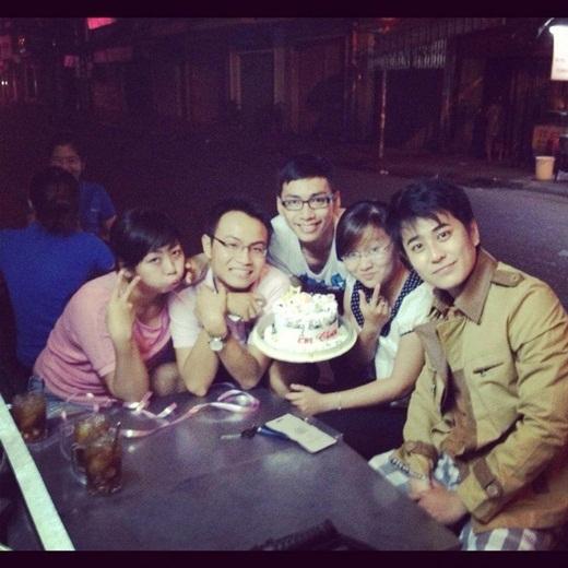 Quang Minh (ngoài cùng bên phải) bên các bạn thân.