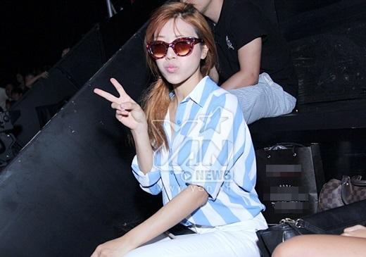 Cựu hot girl đeo kính để tránh sự chú ý của những người xung quanh. - Tin sao Viet - Tin tuc sao Viet - Scandal sao Viet - Tin tuc cua Sao - Tin cua Sao