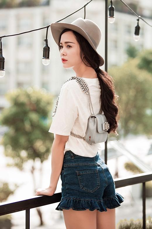 Khác với hai hình ảnh khá mạnh mẽ, cá tính trước, cô nàng bỗng trở nên điệu đà, nữ tính hơn khi chọn phối quần jeans cạp cao được tạo điểm nhấn bằng chi tiết dún bèo. Ngoài ra, Ngọc Anh còn kết hợp cùng áo phông và mang theo chiếc balo mini xinh xắn.