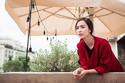 Chỉ cần một chiếc áo khoác dáng dài, phom rộng đã biến bộ trang phục cá tính của Vũ Ngọc Anh trở nên thanh lịch, sang trọng hơn.